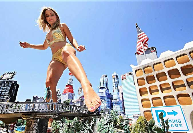 giant-bimbos-giantess-attack